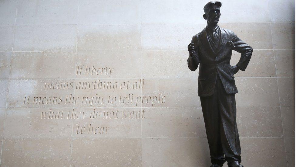 تمثال جورج أورويل في باحة مقر بي بي سي