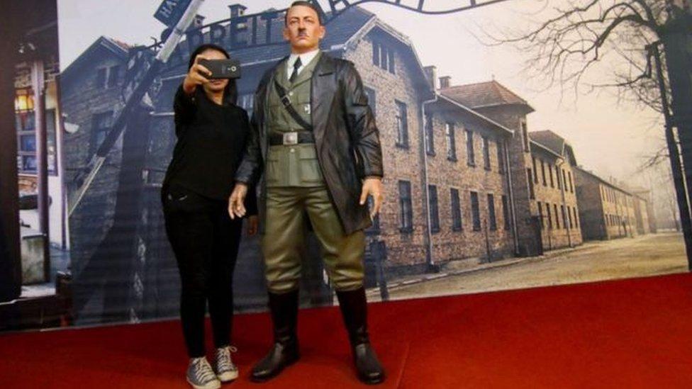 تمثال هتلر جذب اهتمام زوار المتحف والتقطوا معه صور سيلفي مما أثار غضب اليهود