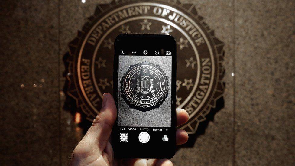 إف بي آي أحال أبل للمحكمة لرفضها المساعدة في فتح هاتف مهاجم مسلح قتل 14 شخصا