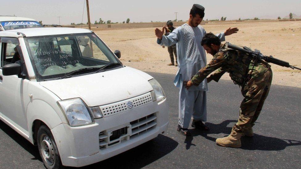 جنود من الجيش الأفغانى يفتشون أشخاصا عند نقطة تفتيش بعد الهجوم الانتحارى الأخير