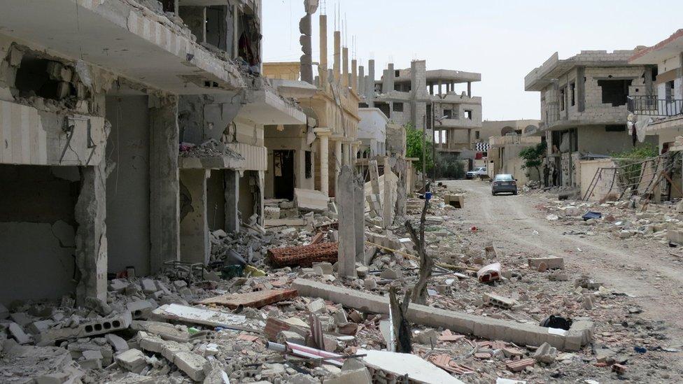 قوات الحكومة استردت البلدة في أول مرة من أيدي مسلحي التنظيم في أبريل/نيسان عام 2016 والذي أعقب السيطرة على مدينة تدمر الأثرية