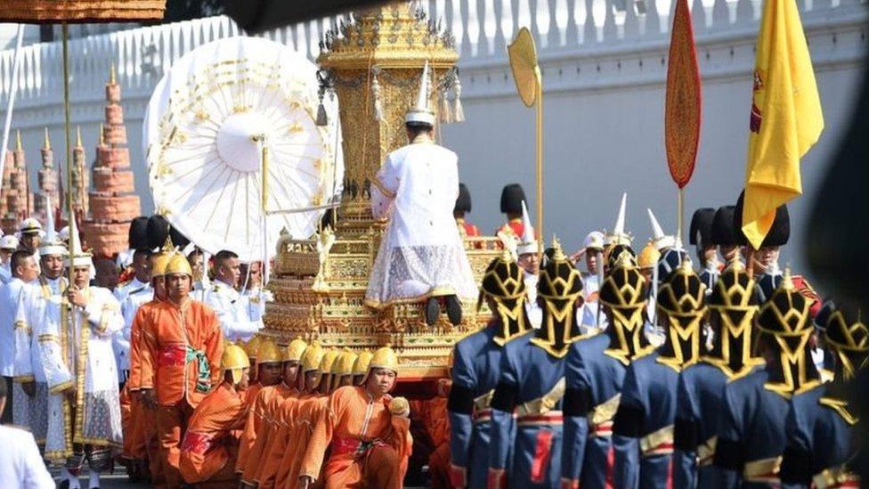مئات الآلاف في تايلاند خرجوا إلى الشوارع لوداع الملك الراحل