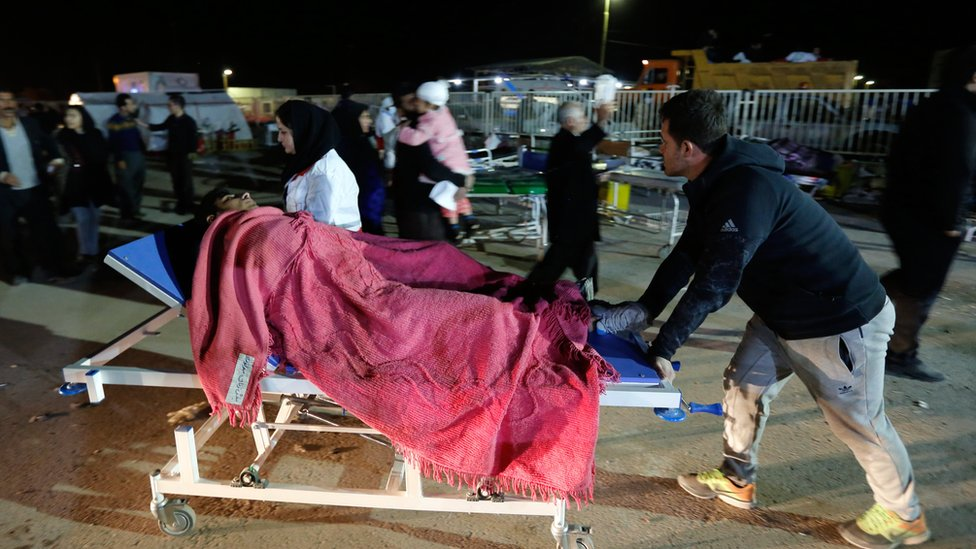اضطر العديد من المواطنين إلى المبيت في العراء في ظل الطقس البارد بعد تدمير الزلزال منازلهم