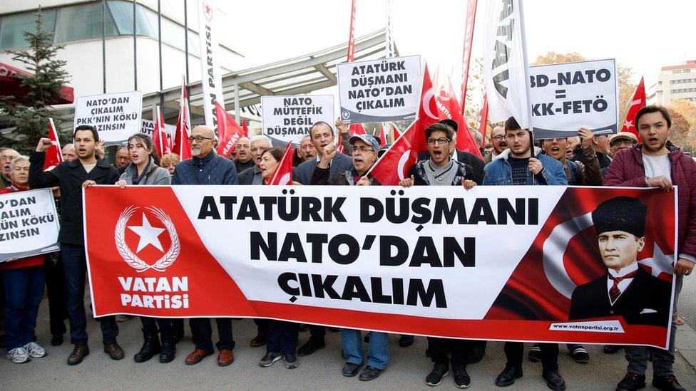 أتراك تظاهروا في أنقرة ضد الناتو وطالبوا بانسحاب تركيا من الحلف