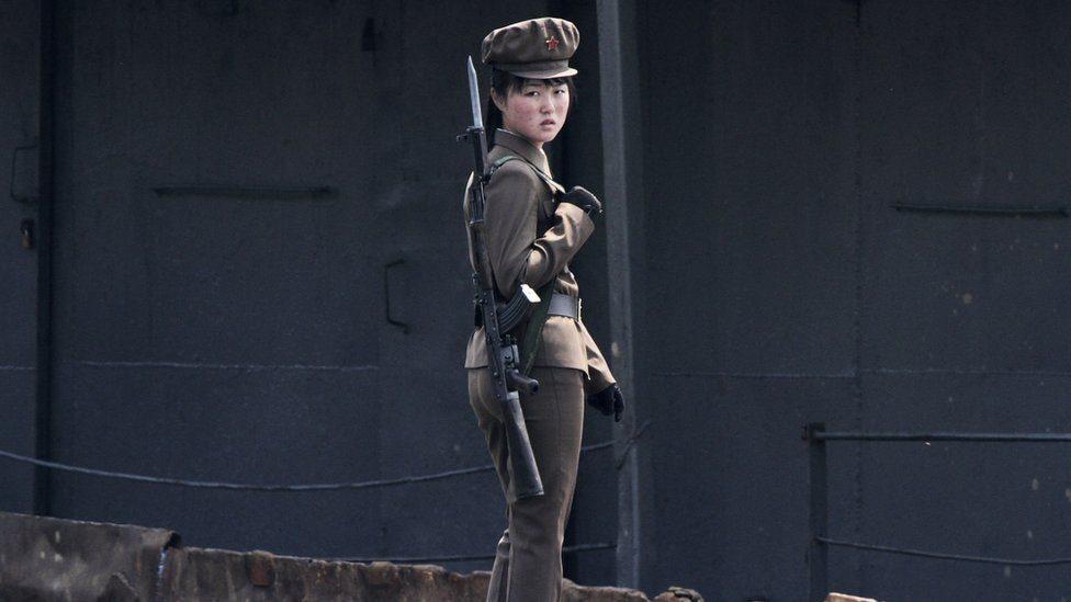 جندية من كوريا الشمالية على ضفاف نهر يالو (عام 2014)