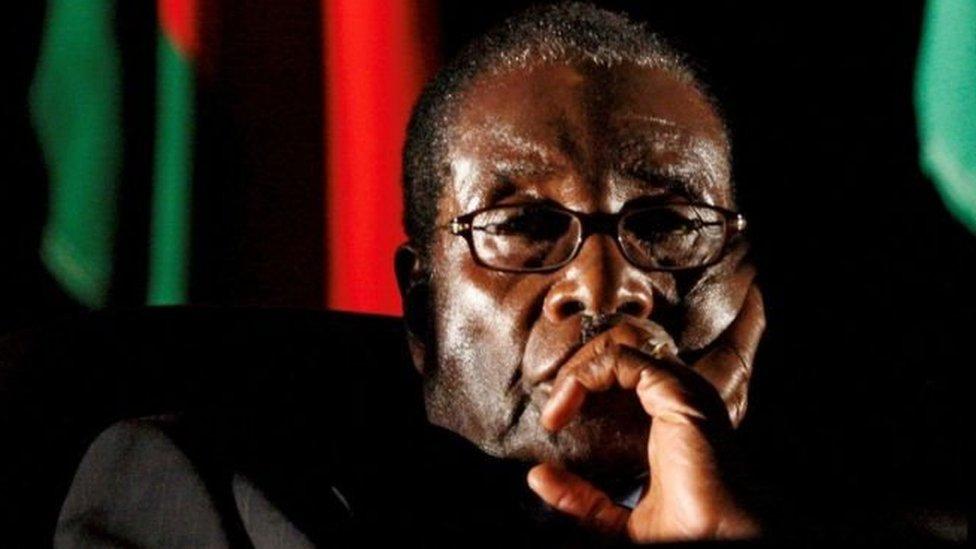 أكد رئيس البرلمان في زيمبابوي، جاكوب موديندا، إن الرئيس روبرت موغابي تقدم باستقالته في رسالة مكتوبة أرسلت إلى البرلمان.