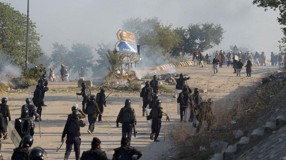 الحكومة علقت العملية الأمنية بعد ظهور المئات من المحتجين بشكل مفاجئ