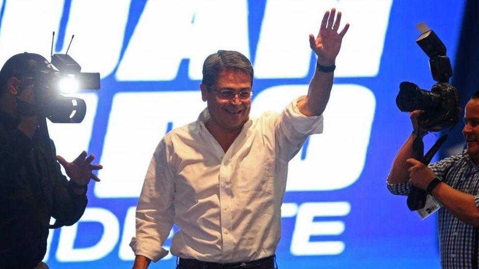 رئيس هندوراس الحالي خوان أورلاندو هرنانديز يلقي خطاب الانتصار قبل وقت قليل من إعلان النتائج الجزئية التي وضعته في المركز الثاني