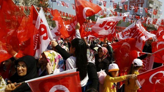 يرى أنصار أردوغان أن التعديلات ستبسط وتحدث العمل الحكومي