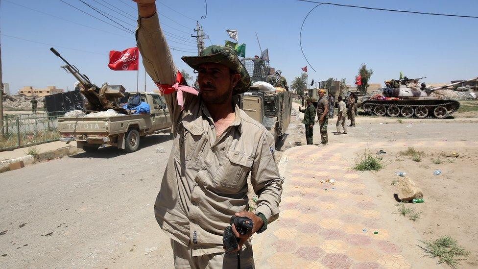 مُنعت قوات الحشد الشعبي ذات الغالبية الشيعية من القتال داخل الموصل والمناطق المحيطة بها تفاديا لإثارة غضب الأغلبية السنية في المنطقة