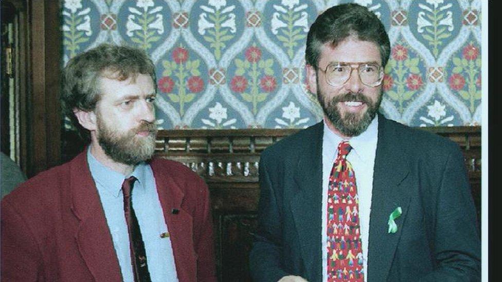 كوربين مع جيري أدامز زعيم حزب الشين فين الأيرلندي