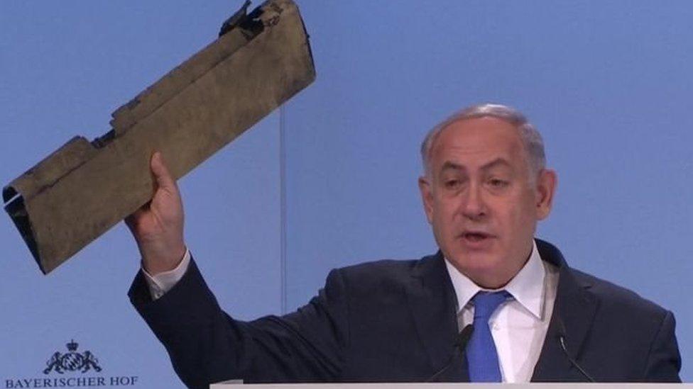 نتنياهو يمسك بيده قطعة من حطام طائرة بدون طيار يقول إنها إيرانية أسقطتها القوات الإسرائيلية، وذلك أثناء حديثه الذي تضمن هجوما على إيران في مؤتمر ميونخ الأمني