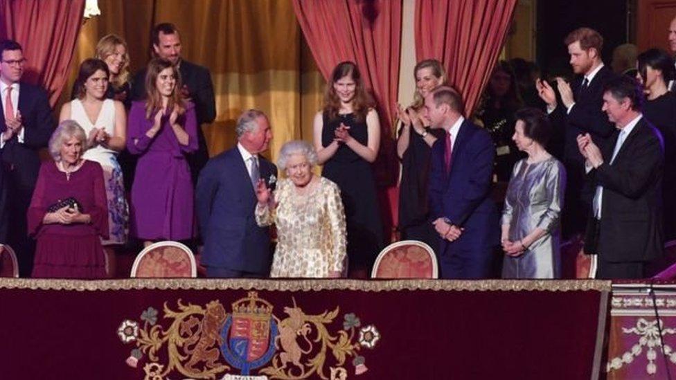 ضيوف الحفل تتوسطهم ملكة بريطانيا