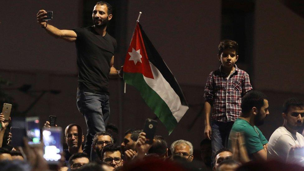 أدت المظاهرات إلى استقالة الحكومة