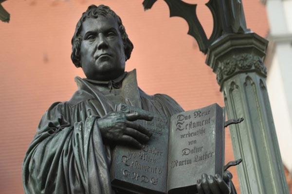 قسمت الكنيسة إثر دعوات لوثر الإصلاحية كنيستين: كاثوليكية وبروتستانتية