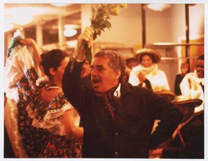 غارسيّا ماركيز يرقص (الكومبيا) على أنغام فرقة كولومبية