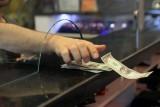 عميل يتسلم دولارات في مركز لصرف العملات في انقرة في 25 ايار/مايو 2018