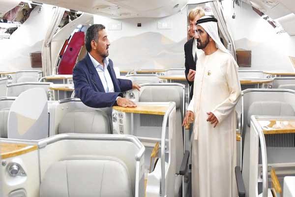 الشيخ محمد بن راشد على متن إحدى طائرات المجموعة