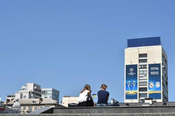 بعض سكان كييف يعرضون استقبال المشجعين فبي منازلهم وسط أسعار الفنادق الفلكية