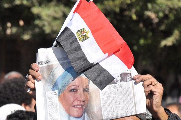 صور شادية مع العلم المصري خلال جنازتها