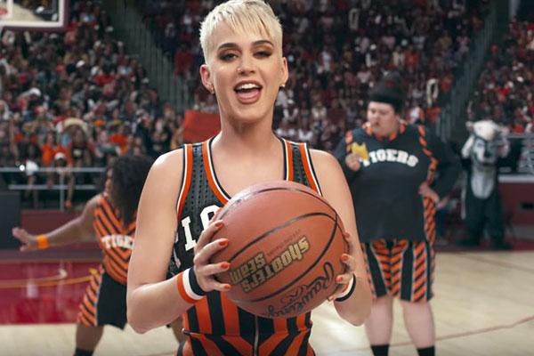 كاتي بيري في ملعب كرة السلة