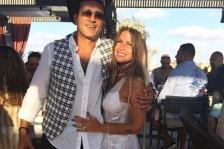 منة حسين فهمي وزوجها على الشاطئ