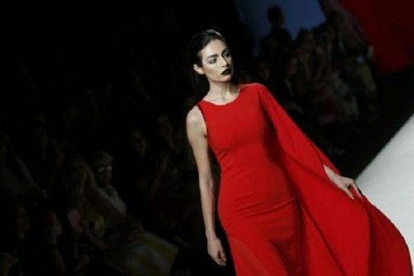 الاماراتية رفيعة الهاجسي في زي من تصميم اللبنانية عائشة رمضان في اسبوع الموضة العربي في دبي