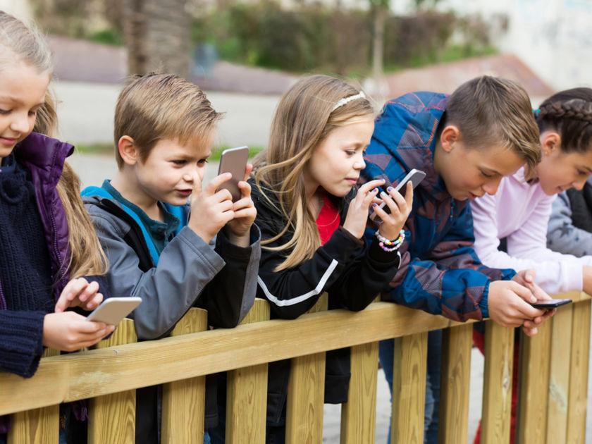 يفقد الأطفال قدرتهم على التفكير المستقل بفعل الاقبال على استعمال مواقع التواصل