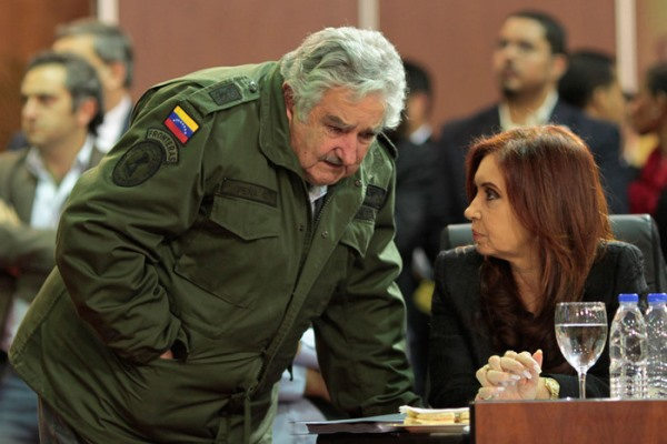 خوزيه موخيكا خلال حديث جانبي مع رئيسة الأرجنتين
