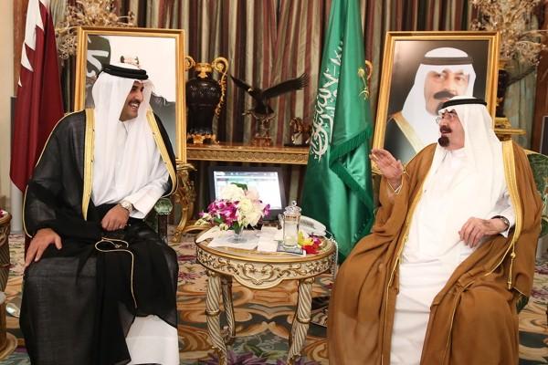 مصر وقطر: مصالحة بمباركة العاهل السعودي والإخوان بمأزق