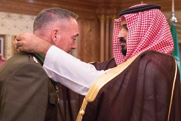 الأمير محمد بن سلمان يُقلد رئيس الأركان الأميركي وسام الملك عبد العزيز