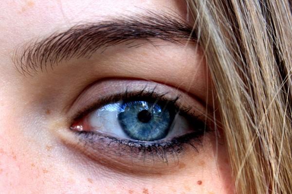 سبب العيون الزرقاء طفرة وراثية حدثت قبل 7000 سنة