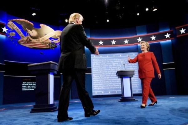 ترامب وكلينتون يتصافحان قبل بدء المناظرة فجر الثلاثاء