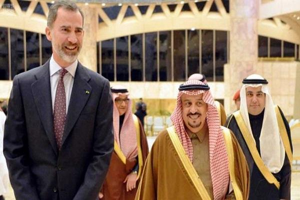 الأمير فيصل بن بندر والدكتور عادل الطريفي خلال استقبال الملك فيليب