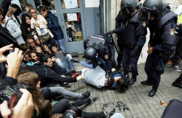 الشرطة الاسبانية تسحل مواطنا جاء للاقتراع في استفتاء كاتالونيا