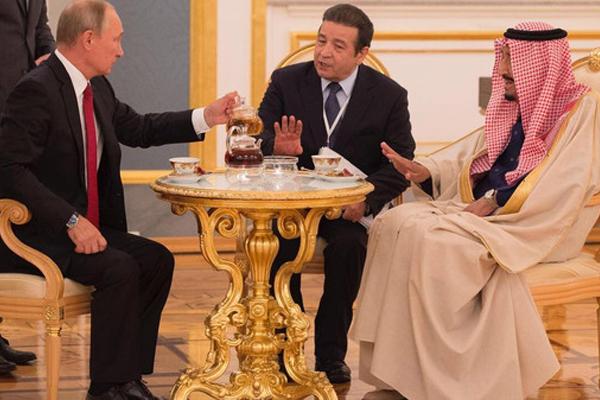 بوتين يصب الشاي للملك سلمان