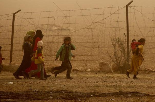 سوريون يفرون من الرقة
