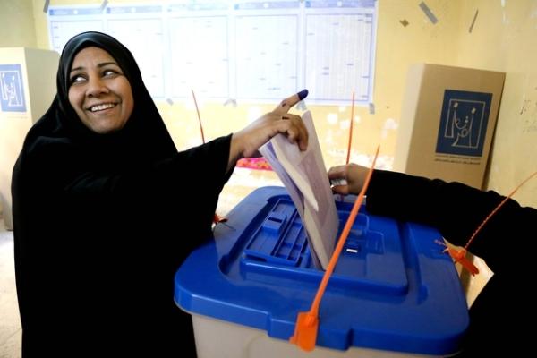 عراقية تدلي بصوتها في انتخابات سابقة