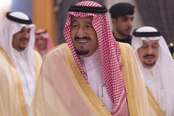 الملك سلمان أثناء وصوله الرياض