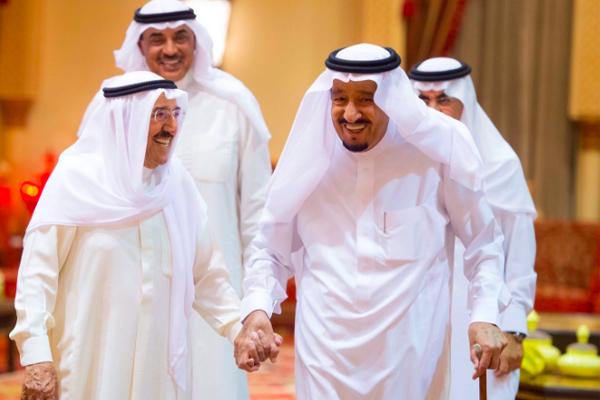 أمير الكويت لدى وصوله مطار قاعدة الملك سلمان الجوية في الرياض