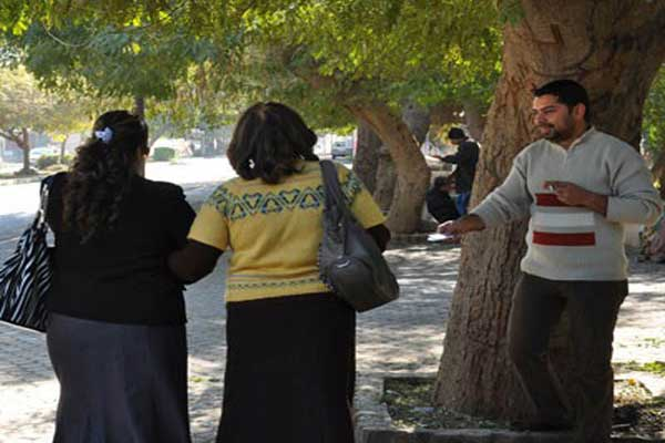 شاب عراقي يحاول إيصال رقم هاتفه إلى فتيات في مكان عام