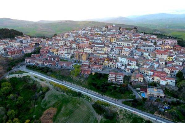 بلدة كانديلا الإيطالية