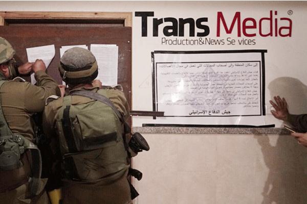 جنديان يلصقان أمر الجيش بغلق بعض المقار الاعلامية