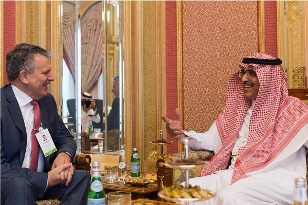 وزير المالية السعودي خلال اجتماعه مع رئيس شركة شل