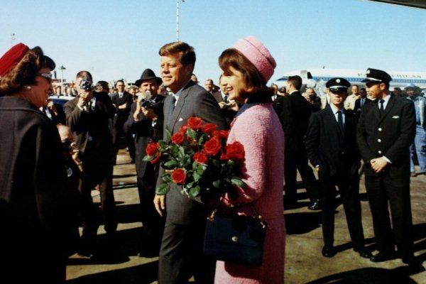 جون كينيدي وزوجته جاكلين