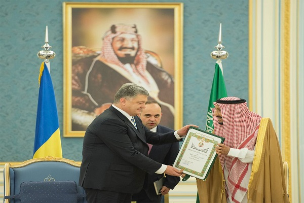 الملك سلمان يمنح الرئيس بيترو بريشينكو قلادة الملك عبد العزيز