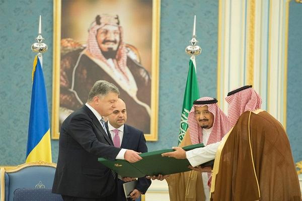 بيترو بريشينكو الملك سلمان بن عبد العزيز خلال تسلمه أعلى وسام في أوكرانيا من الرئيس