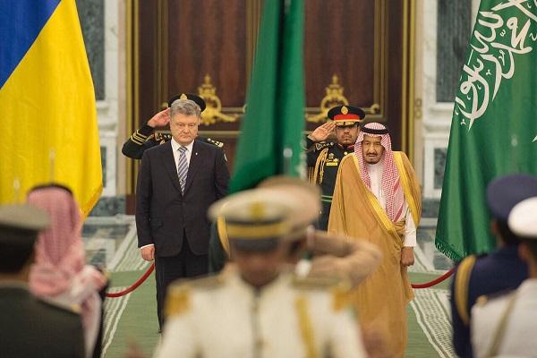 الملك سلمان بن عبد العزيز خلال استقباله الرئيس بيترو بريشينكو