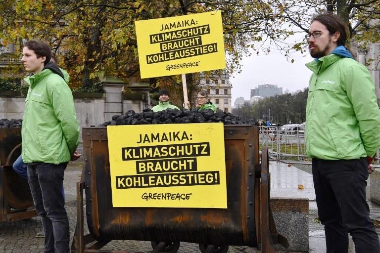 نشطاء وأنصار البيئة يحتجون خارج مكان اللقاء في ألمانيا