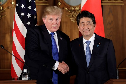 ترمب في مؤتمر صحافي مشترك مع رئيس الوزراء الياباني شينزو آبي